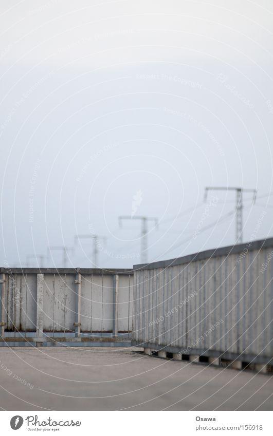 Karlshorst leer Geländer Asphalt Strommast grau Himmel Stahl kalt Einsamkeit Berlin S-Bahnhof Brücke bedecken