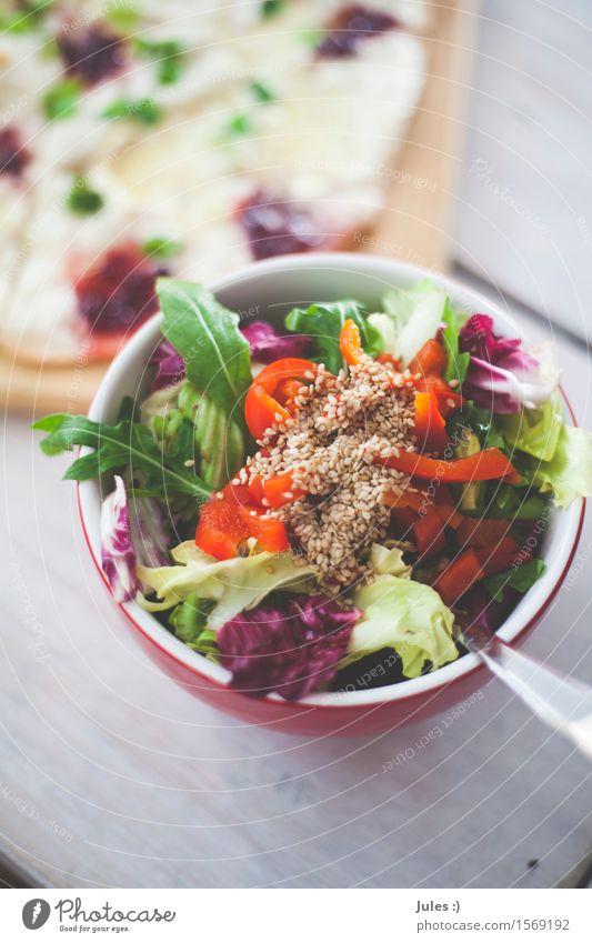 Seebär II Lebensmittel Gemüse Salat Salatbeilage Brot Sesam Rucola Ernährung Frühstück Mittagessen Abendessen Vegetarische Ernährung Flammkuchen Gabel Schüssel