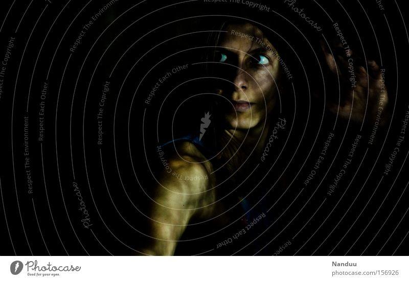 Schattenwesen Mensch Frau dunkel Urwald Abenteuer bedrohlich beängstigend Angst Mut böse beobachten Hinterhalt verstecken Tarnung Schmuggler Bösewicht