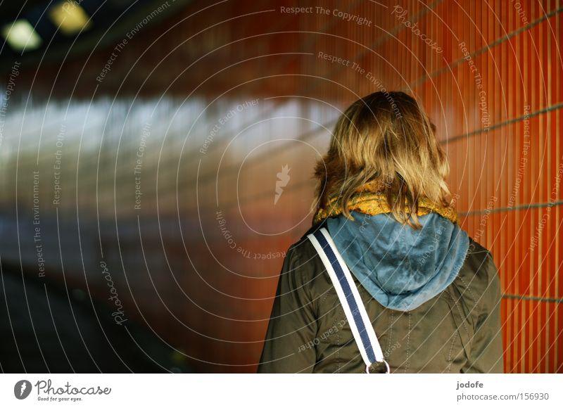 aufwärts Mensch Frau Jugendliche Erwachsene Wand Lampe orange Rücken gehen laufen Erfolg Bekleidung Junge Frau Tunnel steigen