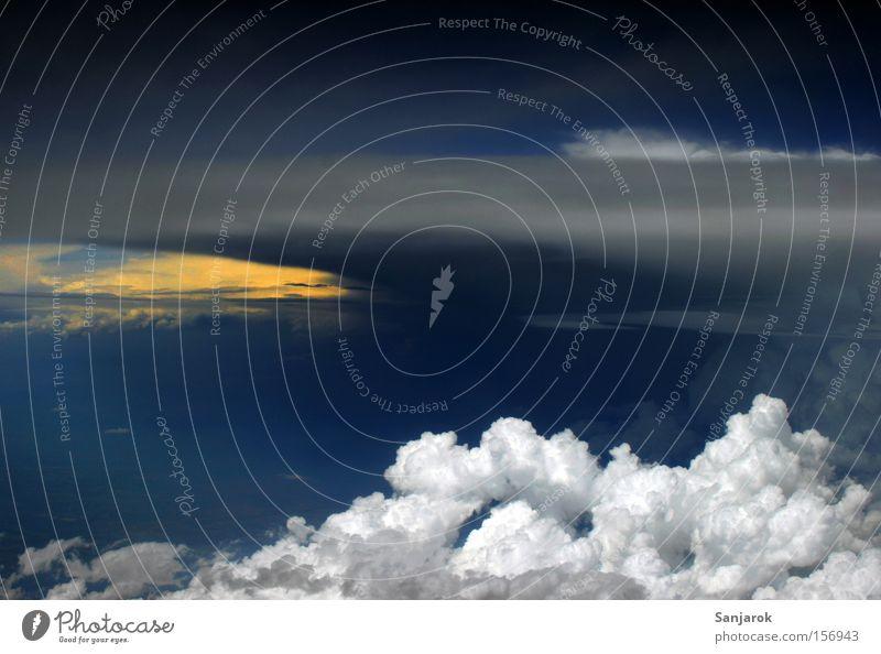 Alle Wetter! Himmel weiß blau Wolken Flugzeug Luftverkehr gefährlich bedrohlich Gewitter Kumulus Gewitterwolken drohend Kumulunimbus Stratokumulus