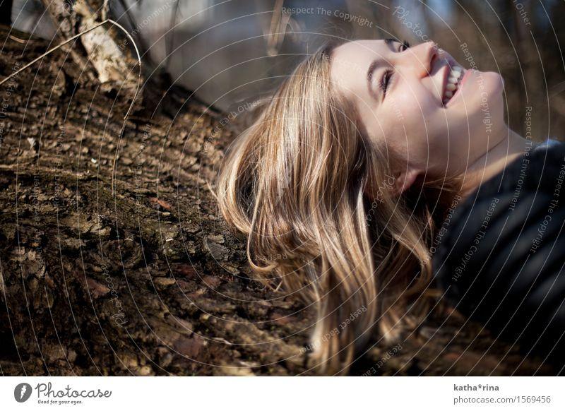 Mit der Natur im Einklang . Mensch Jugendliche schön Junge Frau Baum Freude 18-30 Jahre Gesicht Erwachsene feminin lachen Glück Haare & Frisuren braun