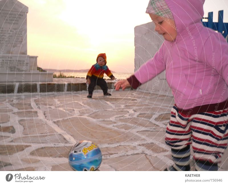 torschuss Kind Zwilling Ball Ferien & Urlaub & Reisen Familie & Verwandtschaft Fußball Spielen Freude Sonnenuntergang Meer Kleinkind Strand Küste Griechenland
