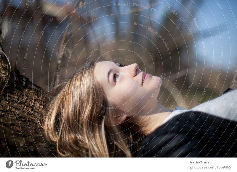Frühling . v Mensch feminin Junge Frau Jugendliche 1 18-30 Jahre Erwachsene Natur Baum Sträucher brünett langhaarig beobachten schön blau gold Zufriedenheit