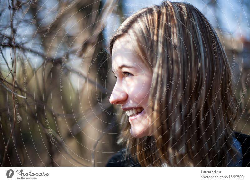 Frühling . iv feminin Junge Frau Jugendliche 1 Mensch 18-30 Jahre Erwachsene Sträucher Lächeln Freundlichkeit Fröhlichkeit schön natürlich blau Natur harmonisch