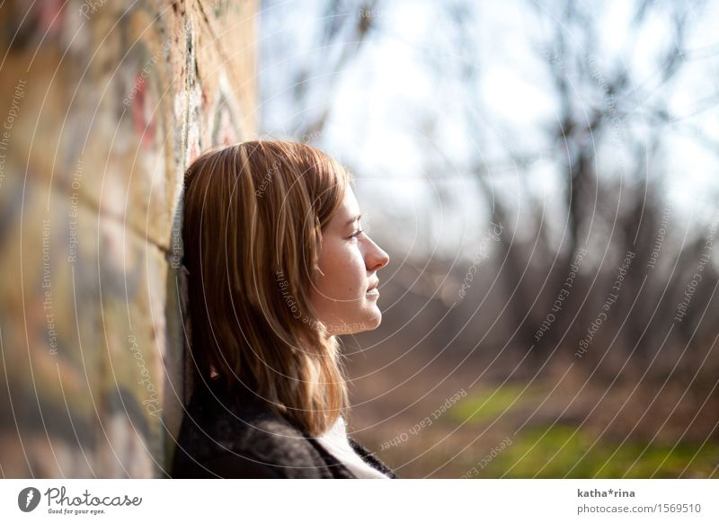 Frühling . ii Sonne Mensch feminin Junge Frau Jugendliche 1 18-30 Jahre Erwachsene Erholung träumen schön nachdenklich Farbfoto Gedeckte Farben Außenaufnahme