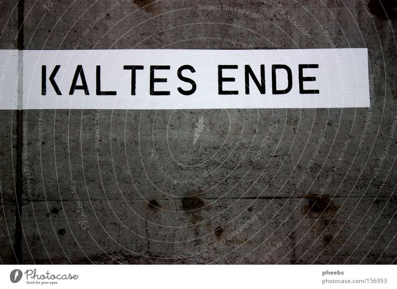 ...kaltes ende? Mauer Winter Typographie Streifen Beschriftung dreckig Buchstaben Schriftzeichen Ende aus