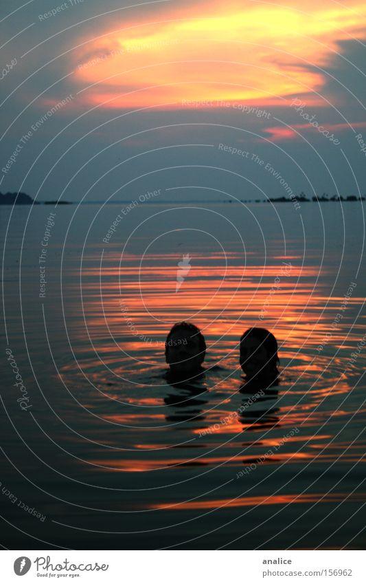 nasses Paar Farbfoto Außenaufnahme Silhouette Schwimmen & Baden Strand Meer Mensch maskulin Frau Erwachsene Mann Kopf 2 Natur Wasser See Fluss Liebe