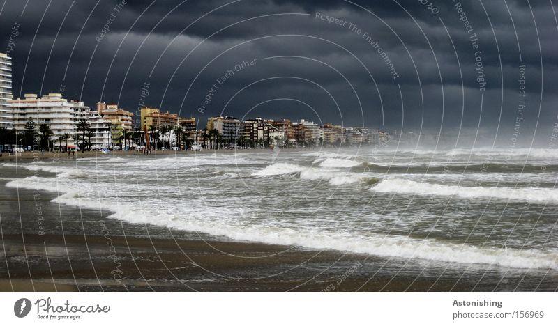 WELTUNTERGANG Meer Wellen Wasser Himmel Wetter Regen Gewitter Peniscola Spanien Stadt dunkel grau Stimmung Angst Zukunft Apokalypse Flut Panik Brandung Sturm