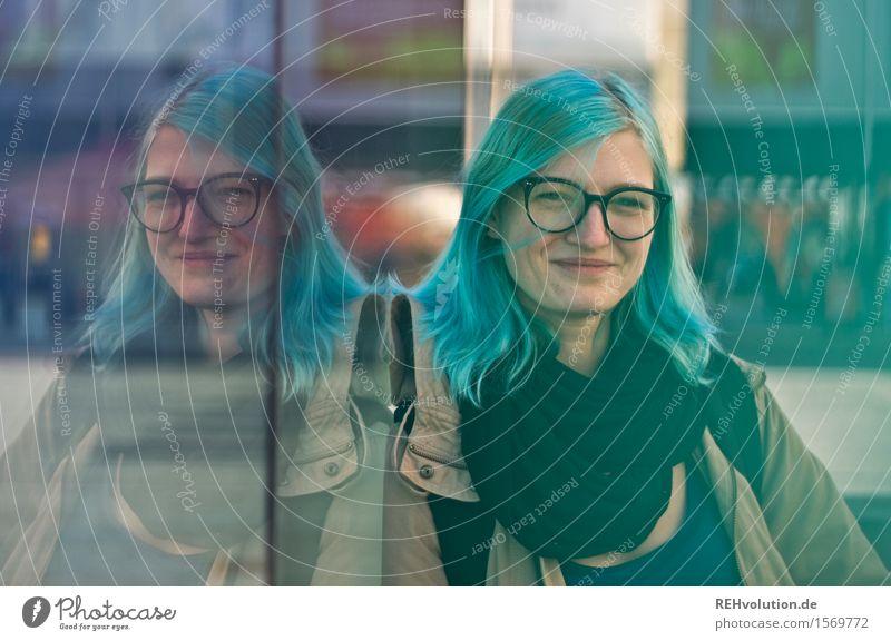 jule Mensch Jugendliche Stadt blau Junge Frau Freude 18-30 Jahre Erwachsene feminin Glück außergewöhnlich Freiheit Haare & Frisuren Zufriedenheit