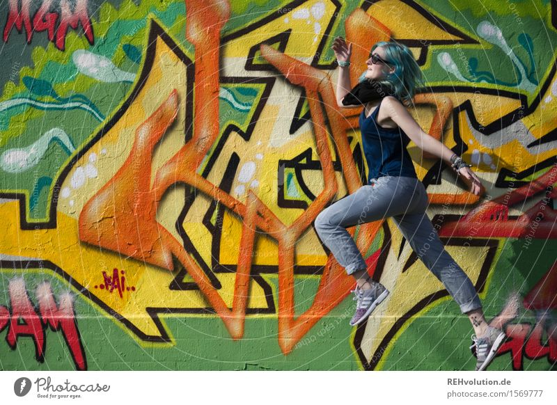 Jule | springt Lifestyle Mensch feminin Junge Frau Jugendliche 1 18-30 Jahre Erwachsene Kunst Kultur Jugendkultur Subkultur Sonnenbrille Haare & Frisuren