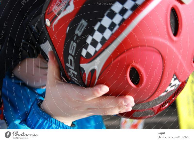 Der Kälte entgegen... Kind Hand Winter kalt Schnee Sport Junge Freizeit & Hobby Skier Österreich Helm Profi Minusgrade Skikurs