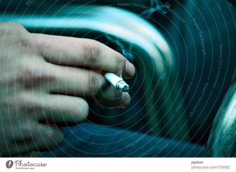 Raucher sterben früher Mann Hand gefährlich festhalten Rauchen Tabakwaren Rauch brennen Zigarette Geruch ungesund normal Zigarettenasche Abhängigkeit Nikotin haltend