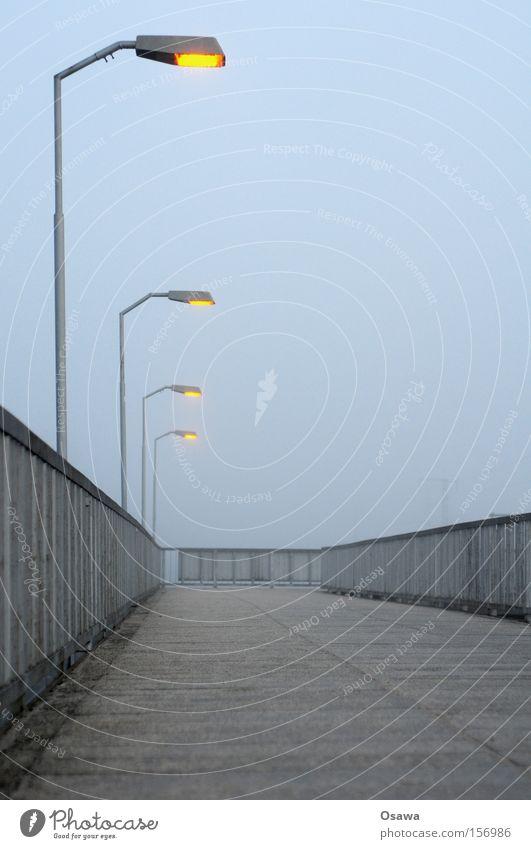 Karlshorst 2 Himmel Einsamkeit kalt Berlin grau leer Brücke Asphalt Stahl Bahnhof Geländer Strommast Treppengeländer Brückengeländer bedeckt S-Bahnhof
