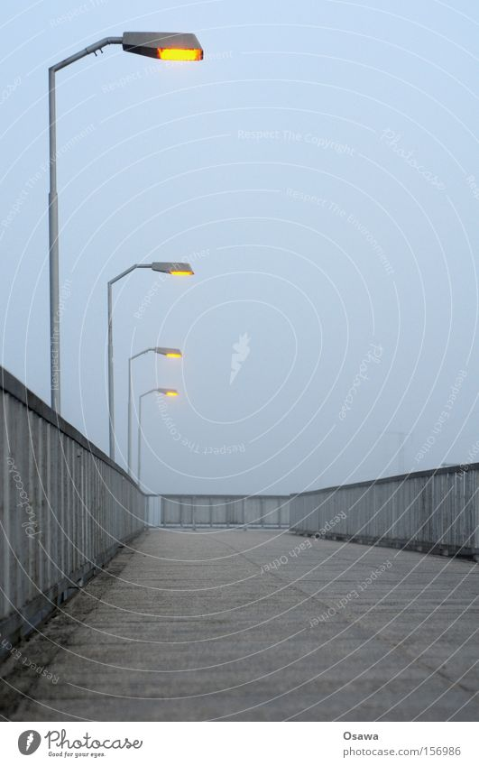 Karlshorst 2 leer Geländer Treppengeländer Brückengeländer Asphalt Strommast grau Himmel bedeckt Stahl kalt Einsamkeit Berlin S-Bahnhof
