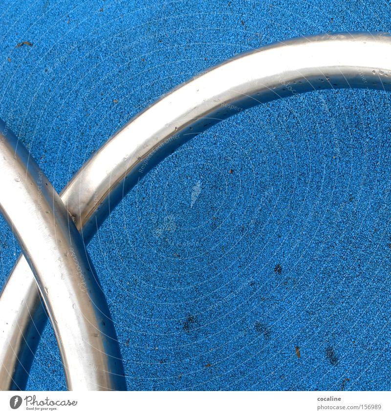 beugsam blau silber Metall Bodenbelag glänzend Bogen beweglich gekrümmt kultig Dinge Kunst Knoten Verbundenheit Intimität obskur