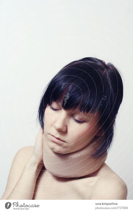 schmerz. Frau Erwachsene Gesundheit Gesundheitswesen Schmerz Hals Muskulatur bewegungslos Strebe Nacken Qual Wirbelsäule dunkelhaarig bandagieren Halskrause