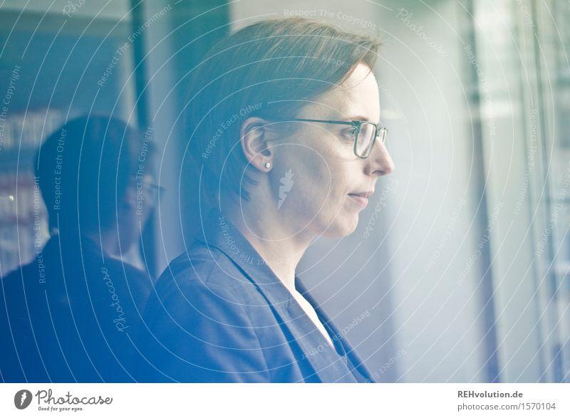 """""""Die Zukunft liegt ungewiss in unseren Händen"""" Mensch Jugendliche blau grün Junge Frau 18-30 Jahre Erwachsene feminin Business Erfolg stehen Zukunft lernen Studium Industrie Brille"""