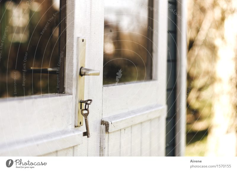 schlüsselfertig Garten Gartenhaus Scheune Fenster Tür Türschloss Schlüssel Griff Glastür Holztür braun weiß geschlossen schließen Schloss Farbfoto Außenaufnahme