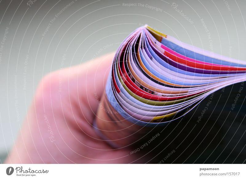Heft in der Hand Farbe Buch Feder Suche festhalten Zeitung Medien Buchseite Zeitschrift greifen mehrfarbig Faust Airbag Mogelpackung