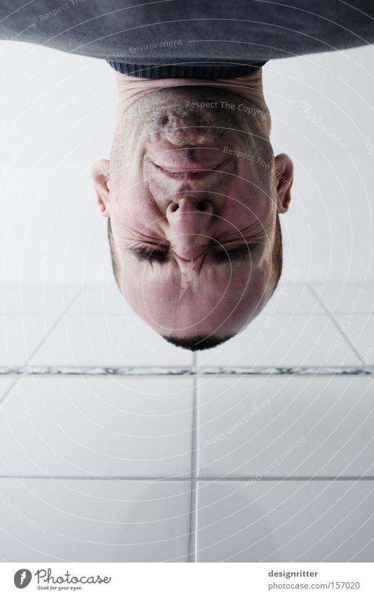 Zystitis Gesicht verkniffen Verzerrung Schmerz entzünden entzündet Bad Toilette urinieren Urin schmerzverzerrt Blasenentzündung Ausscheidungen
