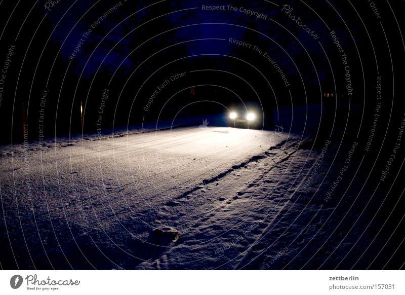 Nachtfahrt KFZ Autofahren Scheinwerfer Autoscheinwerfer Straße Licht Beleuchtung Straßenrand Winter Unfall Verfolgung Gegenverkehr Dorfstraße Verkehrswege PKW
