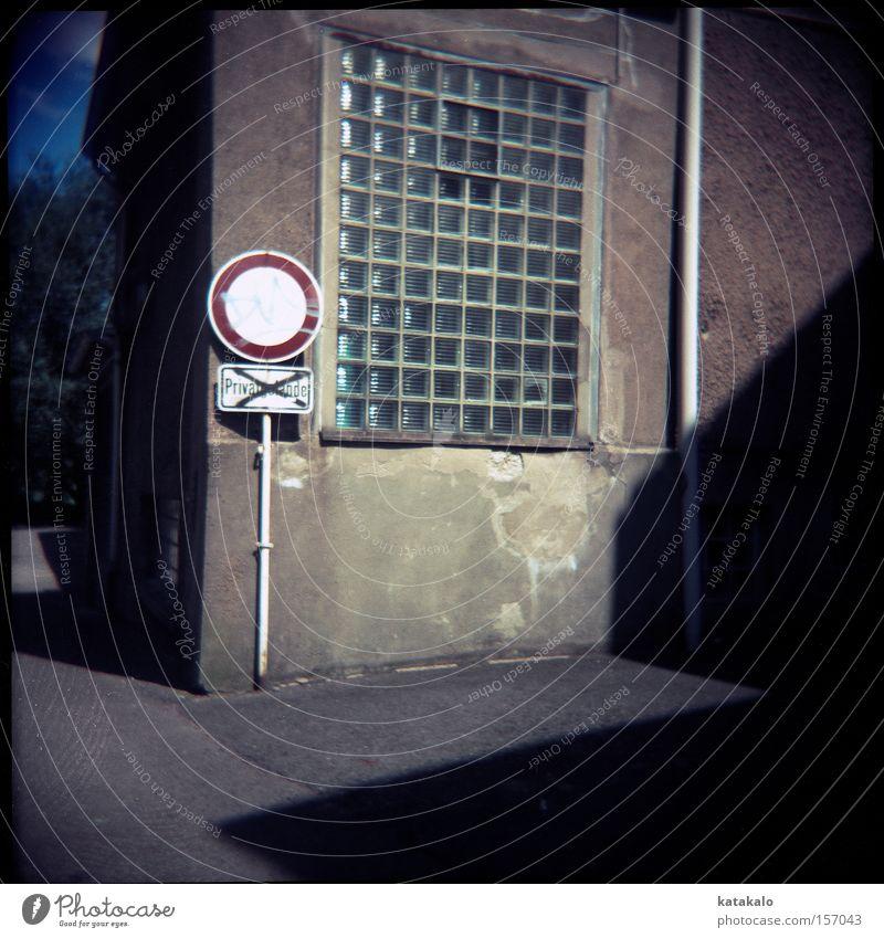 Privatgasse Haus Schatten privat Fenster grau Wand Schilder & Markierungen Verbote Holga analog Licht Warnhinweis Warnschild