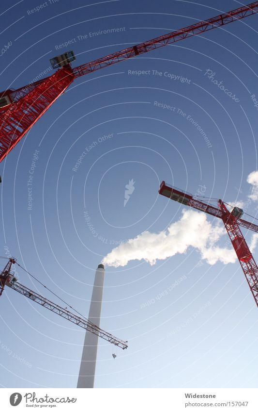 Industrie blau rot Umwelt Arbeit & Erwerbstätigkeit dreckig Schönes Wetter Zukunft Technik & Technologie Turm Baustelle Fabrik Wissenschaften Wolkenloser Himmel