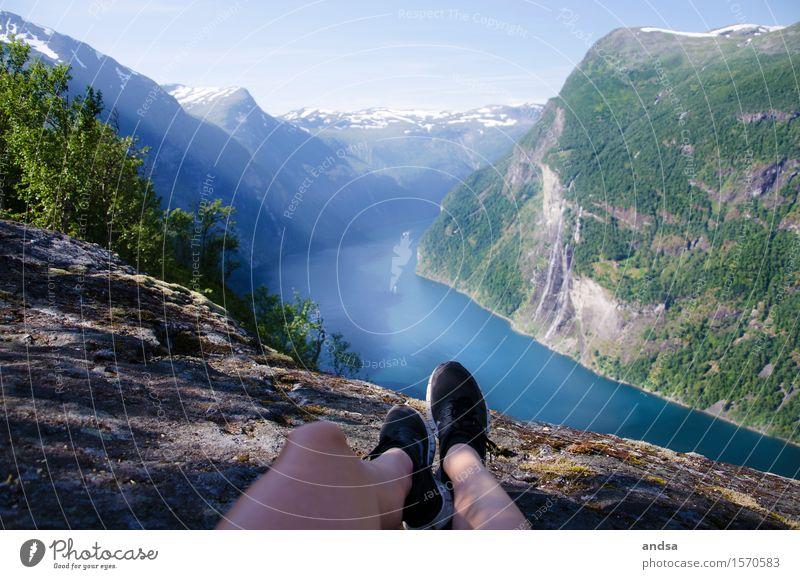 Trekking Toes Mensch Natur Ferien & Urlaub & Reisen Sommer Sonne Landschaft Ferne Berge u. Gebirge Beine feminin Freiheit Fuß Felsen Horizont Ausflug wandern