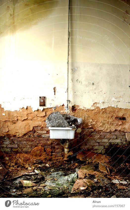 Schichten welche berichten alt Architektur Stein Raum Bad Müll verfallen Putz Renovieren Waschbecken Schichtarbeit