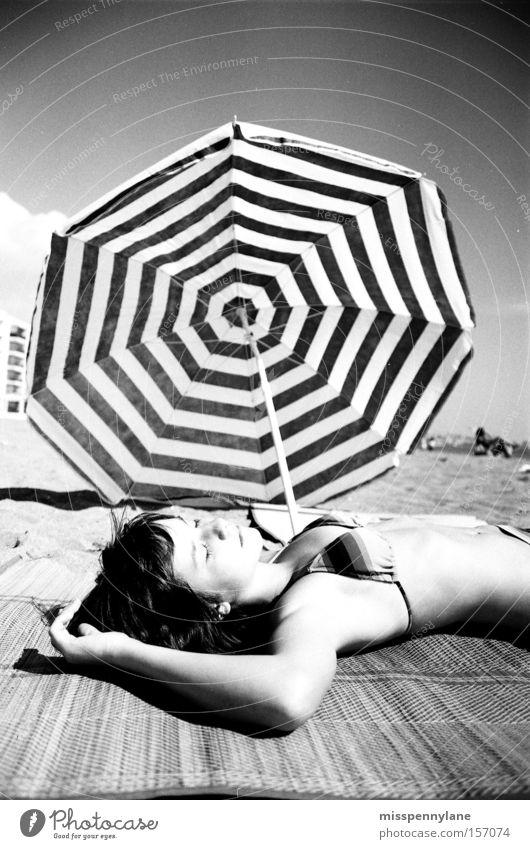 seventies Meer Sommer Strand Erholung Küste Bikini Sonnenschirm Spanien Wetterschutz Strandmatte