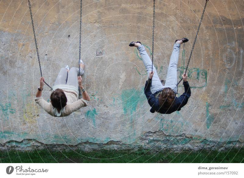 Mädchen Sommer Freude Wand Mauer Beine Spielplatz Schwung schwingen Ruderboot schaukeln Estland Tallinn
