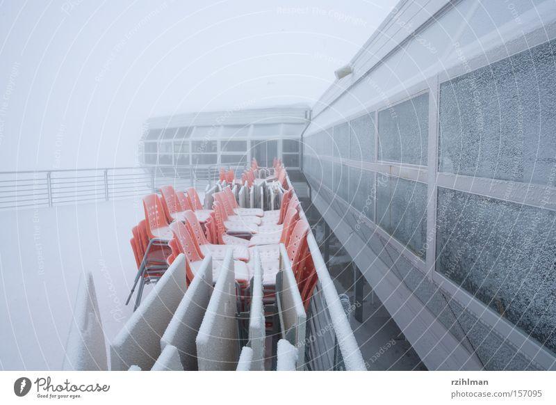 Bittere Winterkälte Winter kalt Schnee grau Nebel Terrasse ungemütlich Minusgrade