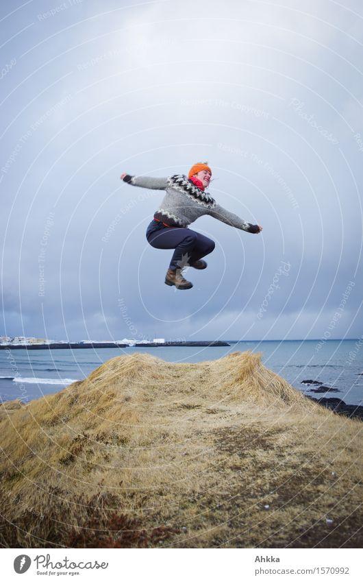 *300* Leben Wohlgefühl Zufriedenheit Ausflug Abenteuer Mensch Junge Frau Jugendliche 1 Landschaft Hügel Küste Meer entdecken springen Coolness frei Fröhlichkeit