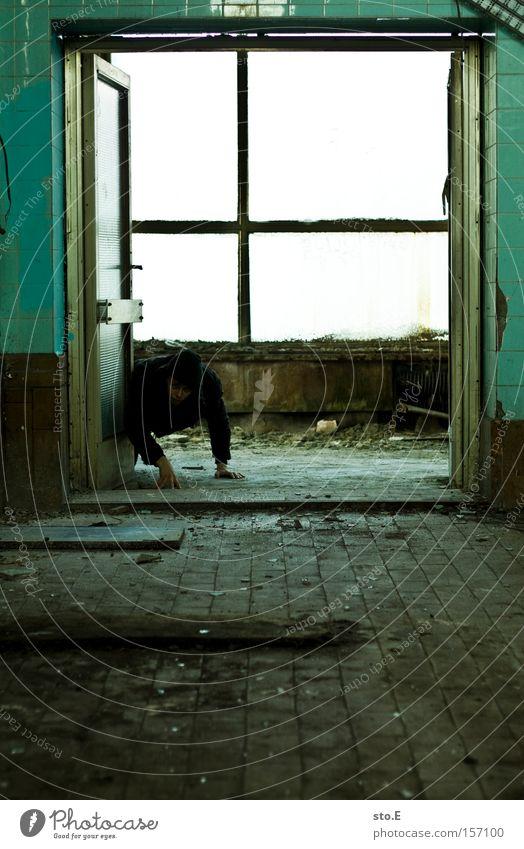 vorderbeine Mensch Einsamkeit Fenster dreckig Glas Tür Industrie verfallen schäbig Fensterscheibe krabbeln Durchgang schleichen