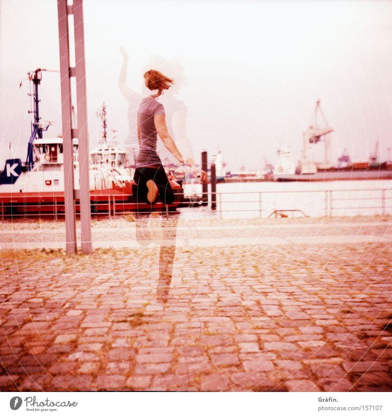 Jump! Schlepper Auslöser Hamburg violett Frau hüpfen springen Wege & Pfade Wasser Schwung Freude schemenhaft Mittelformat Lomografie Hafen Geister u. Gespenster