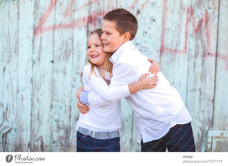 Kids Mädchen Junge Geschwister Kindheit 2 Mensch 8-13 Jahre Fröhlichkeit Zusammensein Glück geschwisterliebe lachen Umarmen Farbfoto Außenaufnahme