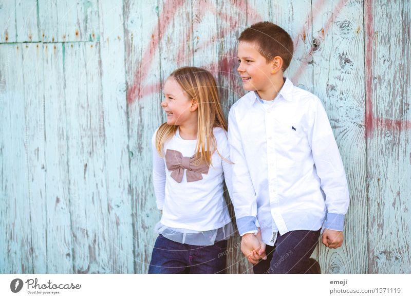 funday Mädchen Junge Bruder Schwester Kindheit 2 Mensch 8-13 Jahre Fröhlichkeit Zusammensein Glück Hand in Hand geschwisterliebe Farbfoto mehrfarbig