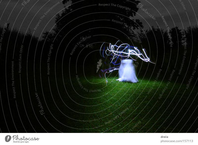 weiß dunkel Gras Angst gefährlich bedrohlich Licht Surrealismus Panik unheimlich spukhaft Nachtaufnahme Irrlicht