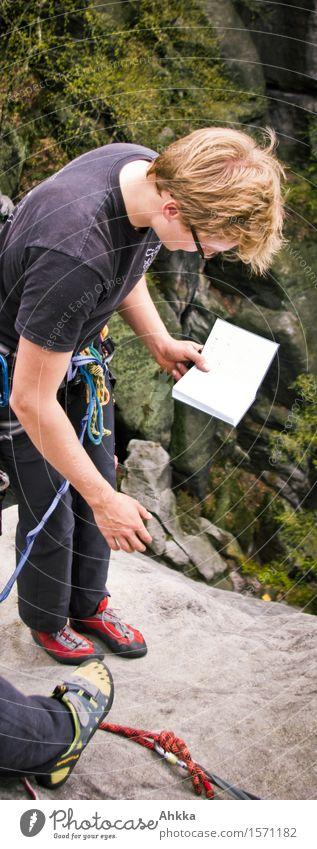 Gipfelbucheintrag Mensch Jugendliche Junger Mann 18-30 Jahre Erwachsene Felsen maskulin Kraft blond Perspektive Kreativität Ausflug Abenteuer lesen Bildung
