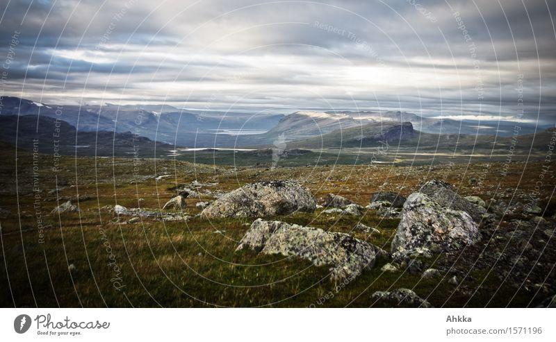 Vor dem Zelt und hinter dem Zelt Natur Landschaft Einsamkeit Wolken Ferne dunkel Berge u. Gebirge Gras Felsen wild Hügel Moos stagnierend