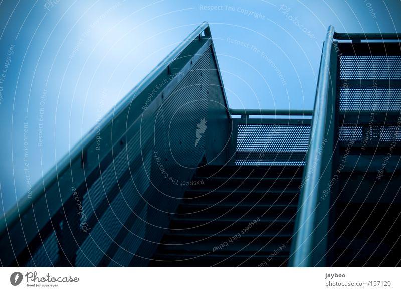 Auf geht's Treppe Himmel aufsteigen aufwärts Geländer Treppengeländer Linie blau steil Wege & Pfade Einsamkeit ruhig Kraft gehen Wahrzeichen Denkmal verfallen