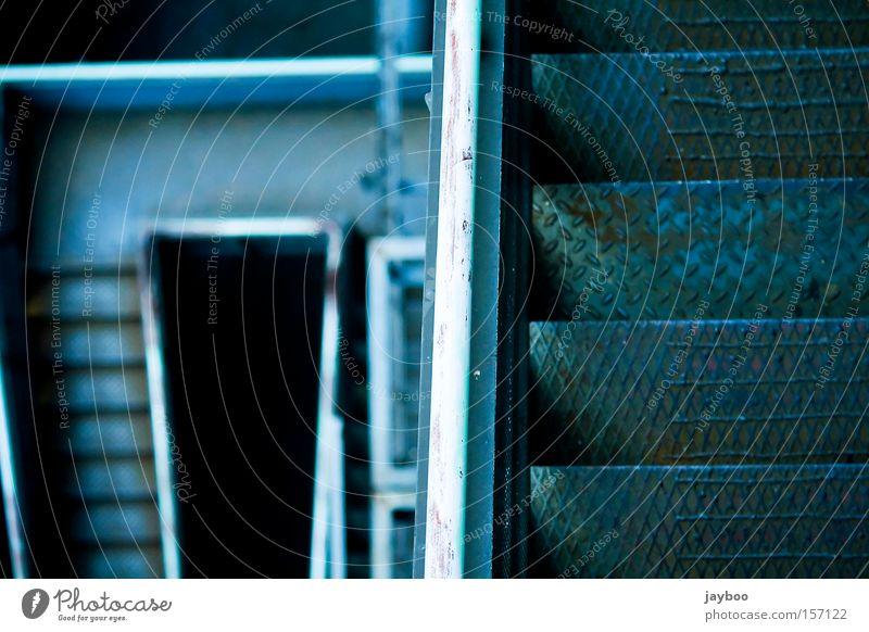 Ab geht's Treppe tief Abstieg abwärts Geländer Treppengeländer Linie blau steil Wege & Pfade Einsamkeit ruhig Schwäche gehen verfallen Wahrzeichen Denkmal Angst