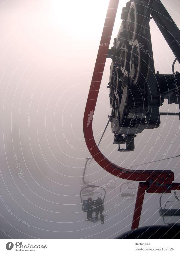 ...give me a lift! Sesselbahn Technik & Technologie Wolken Mensch Maschine Alpen Berge u. Gebirge Skigebiet Kleiderbügel Gegenlicht Nebel Winter Rolle