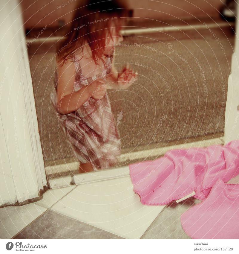 .. zwei, drei .. vier Kind Mädchen Sommer Freude Straße Leben Spielen Wohnung Häusliches Leben Verkehrswege Decke zählen Hauseingang Unterkunft