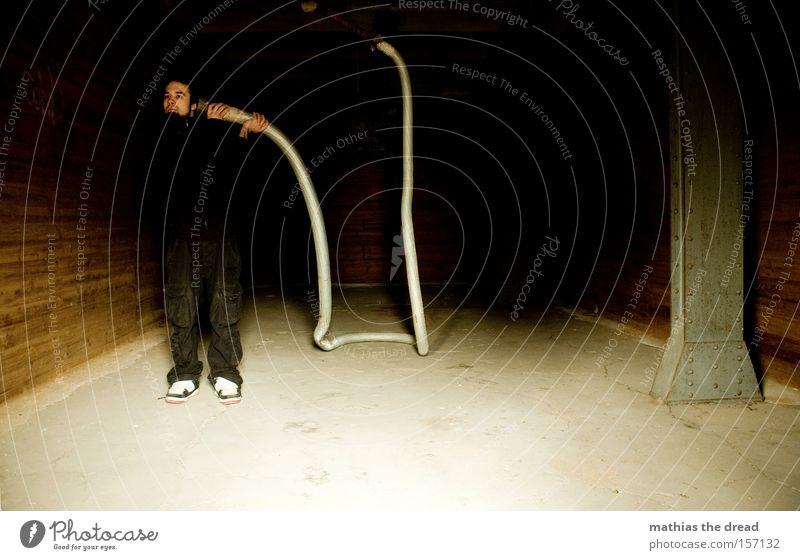 HALLO! IST DA WER? Mensch Mann Einsamkeit dunkel sprechen Raum leer Kommunizieren Telekommunikation verfallen hören Röhren Verbindung Eisenrohr Erwartung