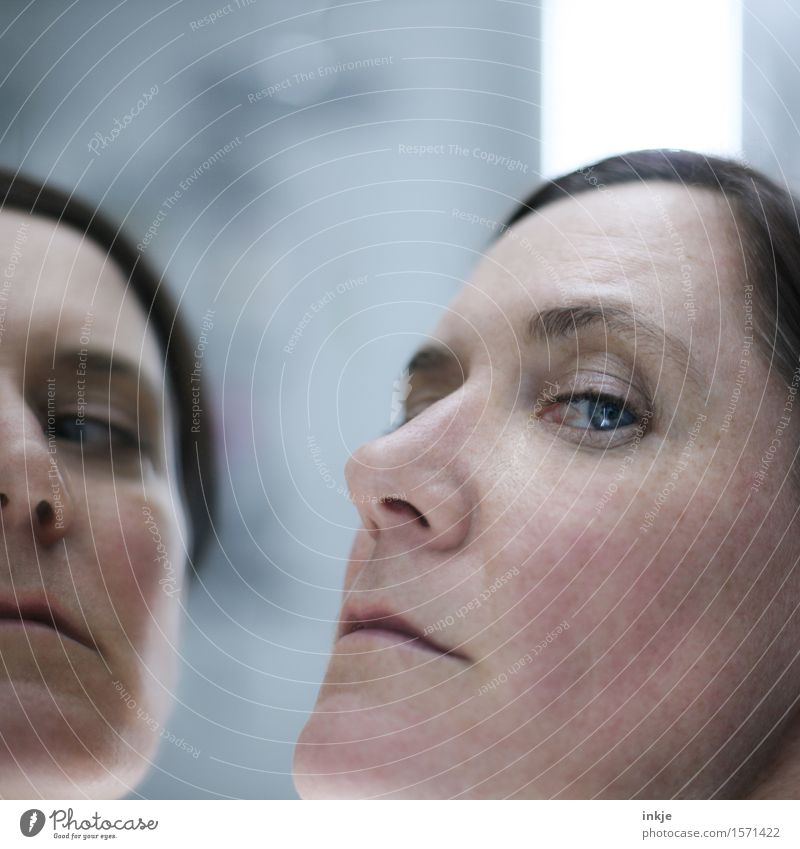 unsympathisch und überheblich Mensch Frau Gesicht Erwachsene Leben Gefühle Stil Spiegel Hochmut Spiegelbild eitel Neid Feindseligkeit 30-45 Jahre Verachtung