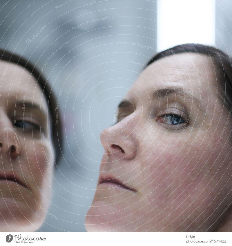 unsympathisch und überheblich Stil Gesicht Frau Erwachsene Leben 1 Mensch 30-45 Jahre Spiegel Spiegelbild Blick Gefühle Neid Hochmut eitel Verachtung