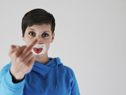 Schönheitsfleck Frau Erwachsene Körper Haut Kopf Hand 1 Mensch 18-30 Jahre Jugendliche Konflikt & Streit Verachtung Wut Ärger gereizt Feindseligkeit Frustration