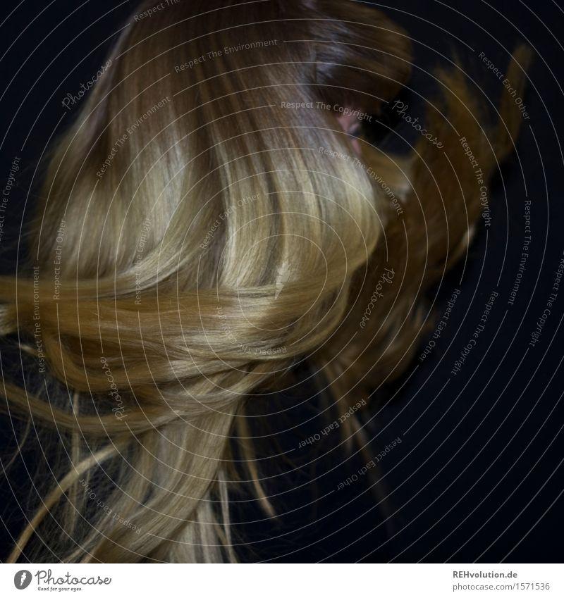 """""""Die ist so haarig."""" feminin Junge Frau Jugendliche Erwachsene Haare & Frisuren 1 Mensch 18-30 Jahre blond langhaarig Pony Bewegung drehen fliegen Freude Glück"""